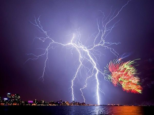 Blesky a ohňostroj nad Perthom