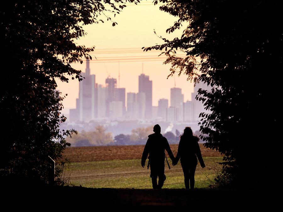 Pár kráča cez les vo Frankfurte.
