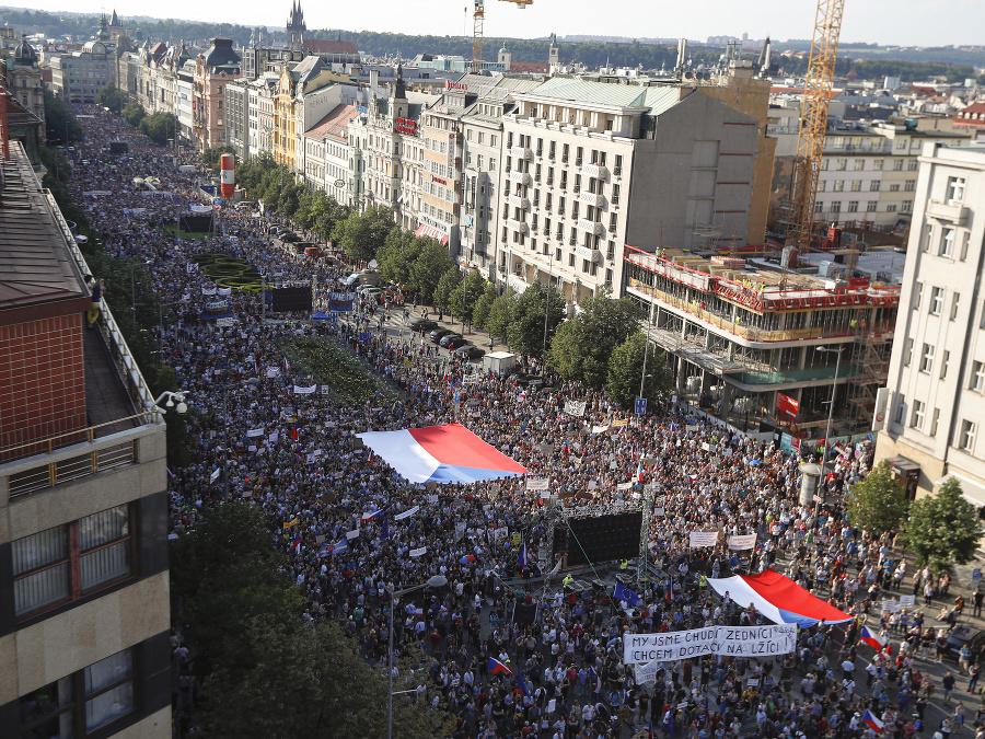 Česká vláda sa otriasa v základoch