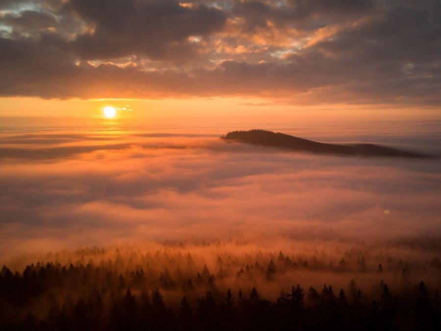 Východ slnka v hmle