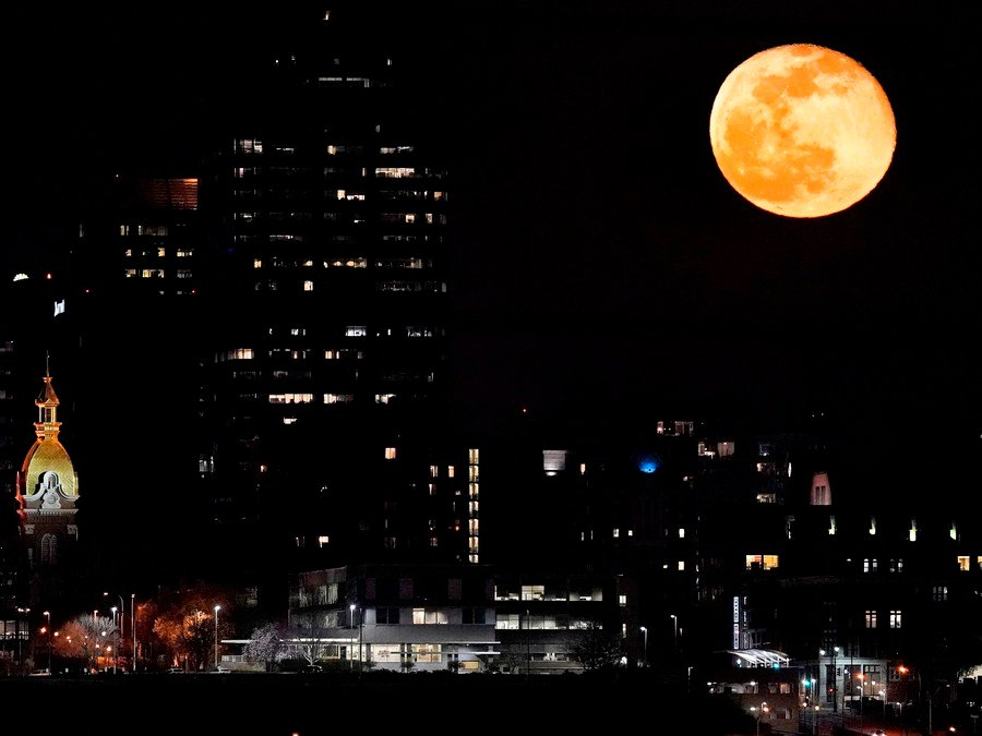 Mesiac bdie nad mestom