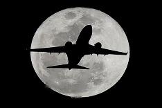 Lietadlo pri splne Mesiaca