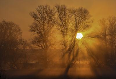 Slnko sa derie na oblohu