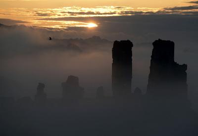 Lúče slnka sa predierajú hmlou