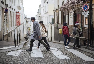 Kráčame si po ulici