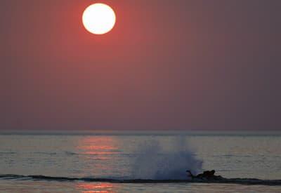 Surfovanie pri západe slnka
