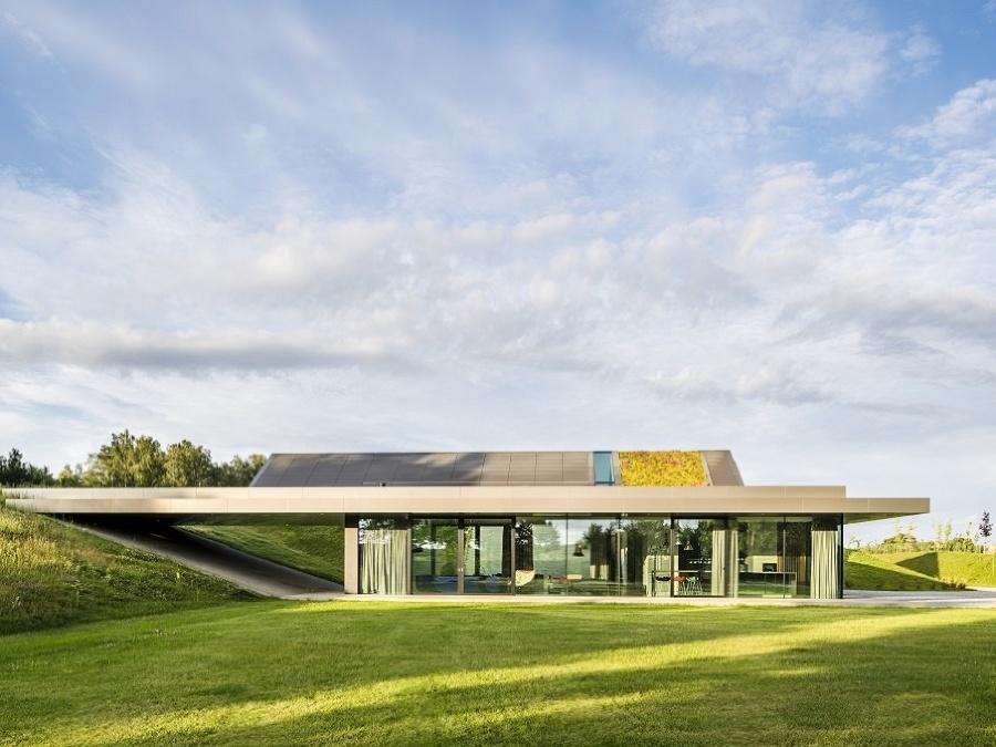 Rozsiahly dom na samote sa ukrýva pod zelenou strechou