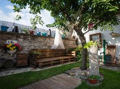 Prírodná záhrada v Modre plná kvetov, plodov a dekorácií