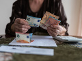 peniaze, stôl, dôchodok, splátka