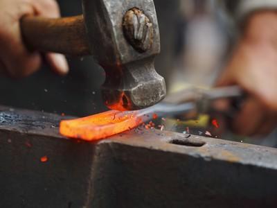 Práca umeleckého kováča spočíva