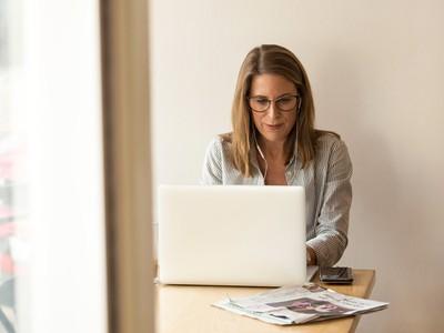 žena pracuje za počítačom