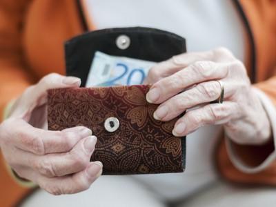 dôchodca, peňaženka, peniaze