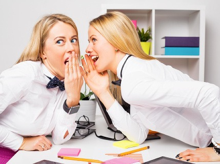 Ohovárajú vás v práci? Toto urobte, ak nechcete, aby si o vás kolegovia obtierali ústa