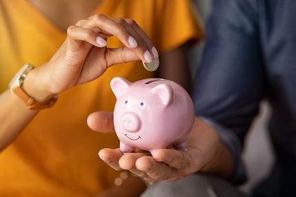 Finančný poradca: Ak neviete vyžiť z výplaty, naučte sa tieto triky s peniazmi