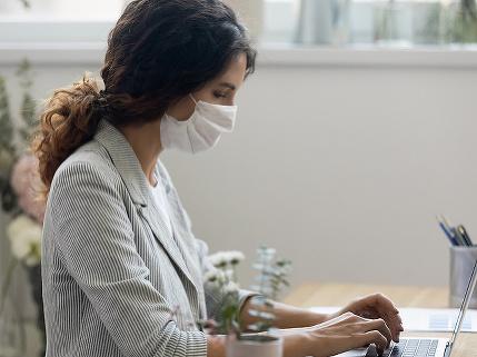 Prieskum: Ľudia, ktorí chodia do práce, sa boja, že sa nakazia, pracujúcim z domu chýbajú kolegovia