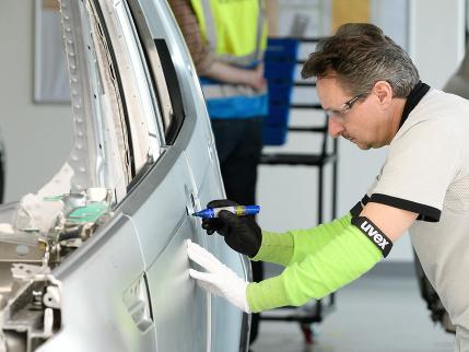 Poďte si zarobiť: Prestížna automobilka hľadá operátorov výroby, ponúka plat 1170 eur