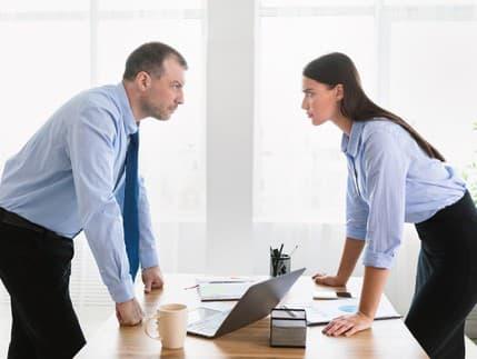 Ohovárajú vás v práci? Zastavte klebety a lži, kým nebude neskoro