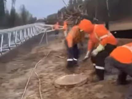 Dokonalý trik: Tento muž nič nerobí, ale vyzerá, že ťažko pracuje VIDEO Pozrite, ako okabátil svojich kolegov