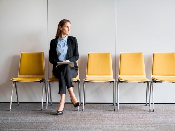 Pani čakajúca na pohovor, žlté stoličky, Office
