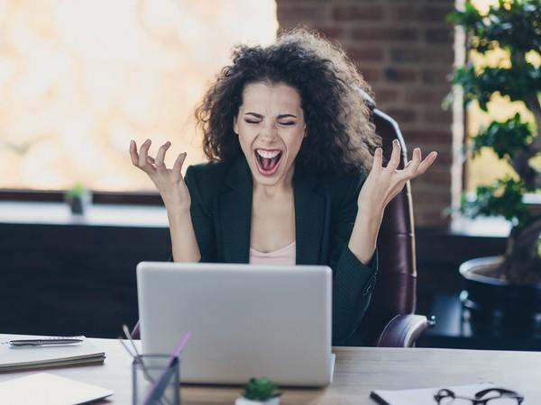 žena sa hnevá v práci na svoj počítač