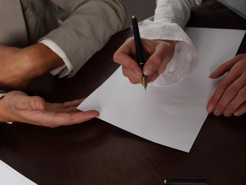 Ak po určitom čase zamestnávateľ  odmietne prideľovať prácu alebo mu bude brániť vo výkone práce, bude sa jednať o prekážku v práci na strane zamestnávateľa, za ktorú  má zamestnankyňa nárok na náhradu mzdy.