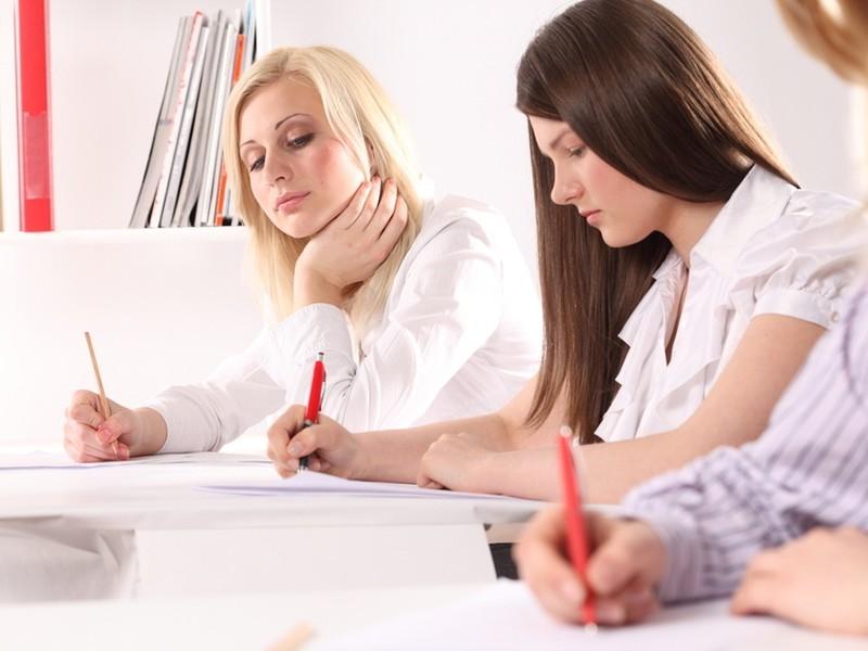 Slovenskí vysokoškoláci minú počas školského roka v priemere 3600 eur.