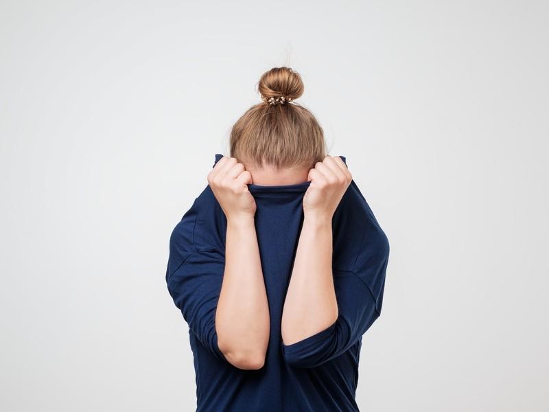 žena v práci sa chytá za hlavu