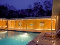 Pozdĺž chodby lemujúcej bazén