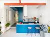 modrá kuchyňa s barovými