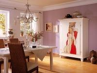 Vypletané stoličky, drevená svetlá
