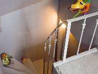 Na neutrálnom sivom schodisku