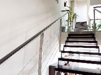Oceľové schodisko sdrevenými stupňami