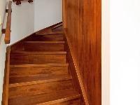 Pod dreveným schodiskom je