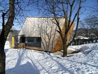 Drevená fasáda domu sa