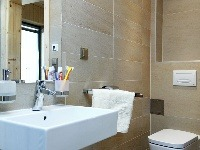 Malá kúpeľňa stoaletou tesne