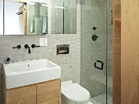 Minimalistická moderná kúpeľňa.