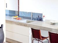 Veľký betónový stôl slúži
