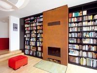 Dominantu obývačky tvorí hrdzavý