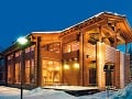 Moderná drevená zrubová stavba