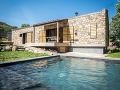 kamenný dom s bazénom