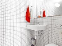 Jednoduchú bielu kúpeľňu oživuje