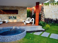 Záhradná obývačka s vírivkou.