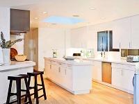 Kuchyňa zariadená jednoduchým bielym