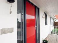 Dvere vžiarivej farbe oživujú