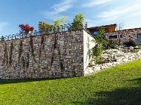 Vysoký oporný múr, ktorý