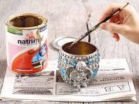 Vnútro pohára natrite zlatou