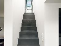 Úzke oceľové schodisko vedie