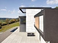 Priestranná vydláždená terasa predstavuje