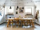 Rozľahlý stôl vstrednej miestnosti