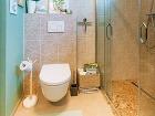Závesné WC zaberá menej